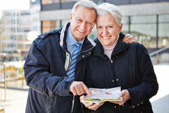 Seniors on city trip with map Royalty Free Stock Photos