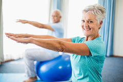 Seniors using exercise ball Royalty Free Stock Photos