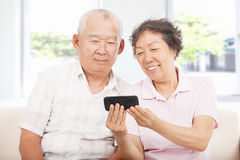 Seniors watching the smart phone Royalty Free Stock Photos