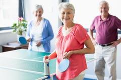 Seniory bawić się ping-ponga Zdjęcie Royalty Free