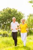 Seniory biega w naturze robi sportowi Zdjęcia Royalty Free