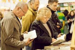 Seniory czyta nowe książki z interesem Obrazy Stock