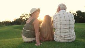 Seniory i wnuk na natury tle zdjęcie wideo