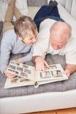 Seniory w emerytura chwyta albumu fotograficznym zdjęcia royalty free