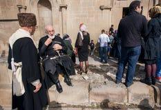 Seniory w krajowych kostiumach i famylies w tłumu ludzie podczas świętowania miasto dzień Fotografia Royalty Free