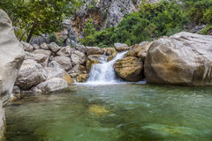 Senken Sie Ansicht des steinigen Wasserfalls Lizenzfreies Stockbild