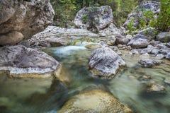 Senken Sie Ansicht von Gebirgssteinigem Fluss Stockbild