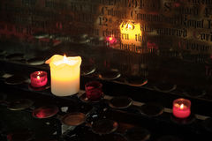 SENKEN SIE GEMETZEL, GLOUCESTERSHIRE/UK - 24. MÄRZ: Kerzen Brennen Lizenzfreie Stockfotografie