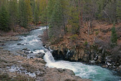Senken Sie McCloud-Wasserfall, Kalifornien lizenzfreie stockbilder