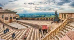 Senken Sie Piazza der Basilika des Heiligen Franziskus, Assisi, Italien Stockfotografie