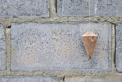 Senkrecht auf Ziegelsteinblock. Stockfoto