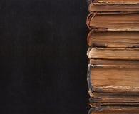 Senkrechte Spalte der alten Bücher. Lizenzfreies Stockfoto