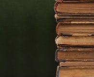 Senkrechte Spalte der alten Bücher. Stockfoto
