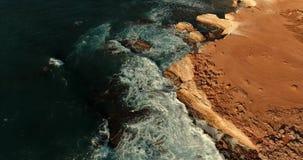 Senkung auf das Brummen nahe der Steinleiste gewaschen durch die Meereswellen stock video footage