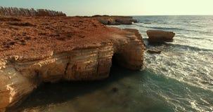 Senkung auf das Brummen nahe der Steinleiste gewaschen durch die Meereswellen stock video