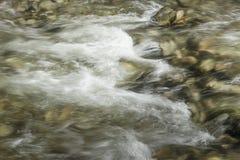 Senkung des Wassers von einem Fluss Stockfotos