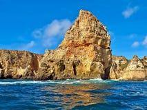Senn énorme de falaises en voyage de bateau au-dessus de l'Océan Atlantique bleu au Portugal photos libres de droits