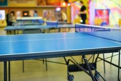 Sennisny tabell i blått på lekplatsen arkivbilder