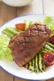 Seno di anatra arrostito con asparago in salsa dell'agrume Fotografia Stock Libera da Diritti