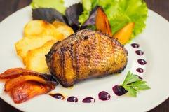 Seno di anatra con le patatine fritte, le erbe, la salsa e le mele caramellate Tavola rustica di legno Vista superiore Primo pian Fotografia Stock