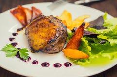 Seno di anatra con le patatine fritte, le erbe, la salsa e le mele caramellate Tavola rustica di legno Vista superiore Primo pian Immagini Stock