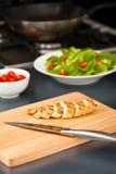Seno di pollo affettato come ingrediente dell'insalata Fotografia Stock