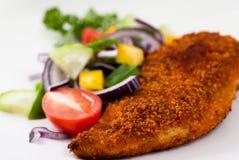Seno di pollo impanato con le verdure Immagine Stock Libera da Diritti