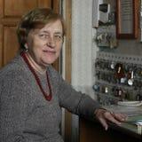 Senoir kobieta w szarym pulowerze na jej pracującym miejscu obraz stock