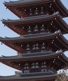 SensÅ  - guld- torn för jitempel, med blå himmel i bakgrund, Asakusa, Japan arkivfoton
