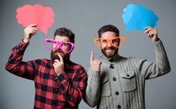 Sens comique et d'humeur Les hommes avec le hippie mûr de barbe et de moustache utilisent les lunettes drôles Expliquez le concep photo libre de droits