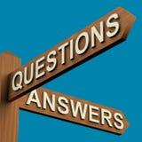 Sens de questions ou de réponses sur un poteau indicateur Images libres de droits