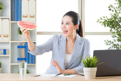 Sensação asiática da mulher de negócio feliz ver a melancia no escritório Fotografia de Stock Royalty Free