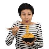 Sensação asiática da mulher feliz comer macarronetes imediatos Imagem de Stock Royalty Free