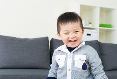 Sensação asiática do rapaz pequeno feliz fotografia de stock