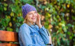 Sensação confortável esta queda com o chapéu à moda macio e morno Acessório feito malha para o outono Acessório de forma do outon fotos de stock