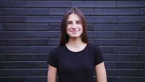 Sensação de sorriso da câmera atrativa da AR do olhar da jovem mulher feliz video estoque
