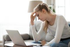 A sensação fêmea frustrada irritou ter problemas do portátil foto de stock royalty free