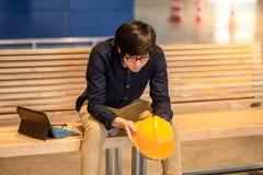 Sensación asiática joven del hombre del ingeniero intentada y subrayada Imagenes de archivo