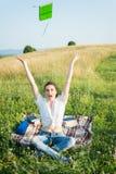 Sensación bastante femenina alegre feliz y libre Imágenes de archivo libres de regalías