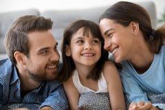 Sensación de la muchacha del niño feliz divirtiéndose con el amor cuidando a padres fotografía de archivo