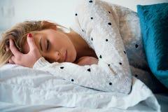 Sensación de la muchacha mala e intentando dormir Foto de archivo
