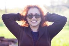 Sensación de la mujer joven feliz y risa Foto de archivo libre de regalías