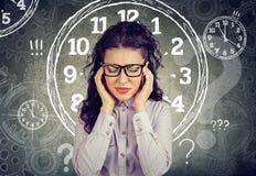Sensación de la mujer de negocios subrayada ejercida presión sobre por la falta de tiempo imagen de archivo libre de regalías