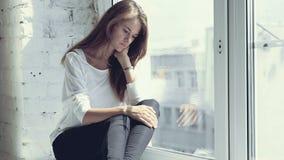 Sensación de la tristeza de la muchacha hermosa joven almacen de video