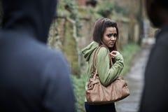 Sensación del adolescente intimidada como ella camina a casa Imagen de archivo libre de regalías