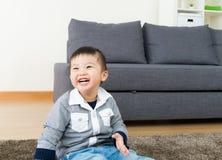 Sensación del niño tan feliz imagenes de archivo