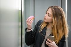 Sensación dulce - mujer con el buñuelo Imágenes de archivo libres de regalías