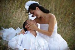 Sensación mágica y pura del amor entre los recienes casados Fotos de archivo libres de regalías