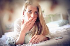 Sensación soñoliento Mujer en una cama imagen de archivo