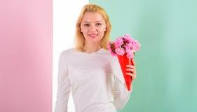 Sensación tan especial La muchacha que sostiene las flores del ramo disfruta de fragancia preferida Flores preferidas recibidas f foto de archivo libre de regalías